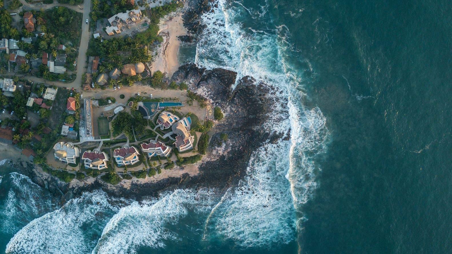 Комплекс оточений садом та океаном / Фото Archdaily