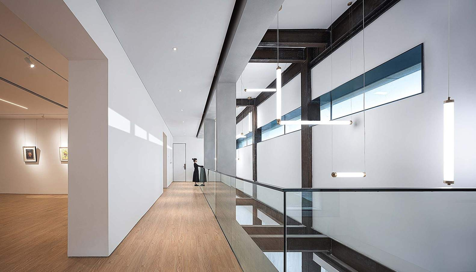 Світлі та просторі коридори комплексу / Фото Archdaily