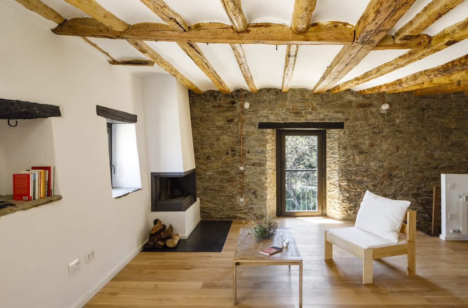 Дерев'яні меблі зроблені врчно місцевим теслею / Фото Dwell