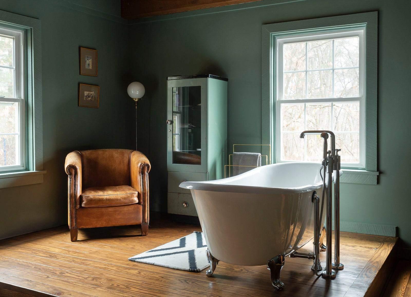 Ванна кімната з кріслом для відпочинку