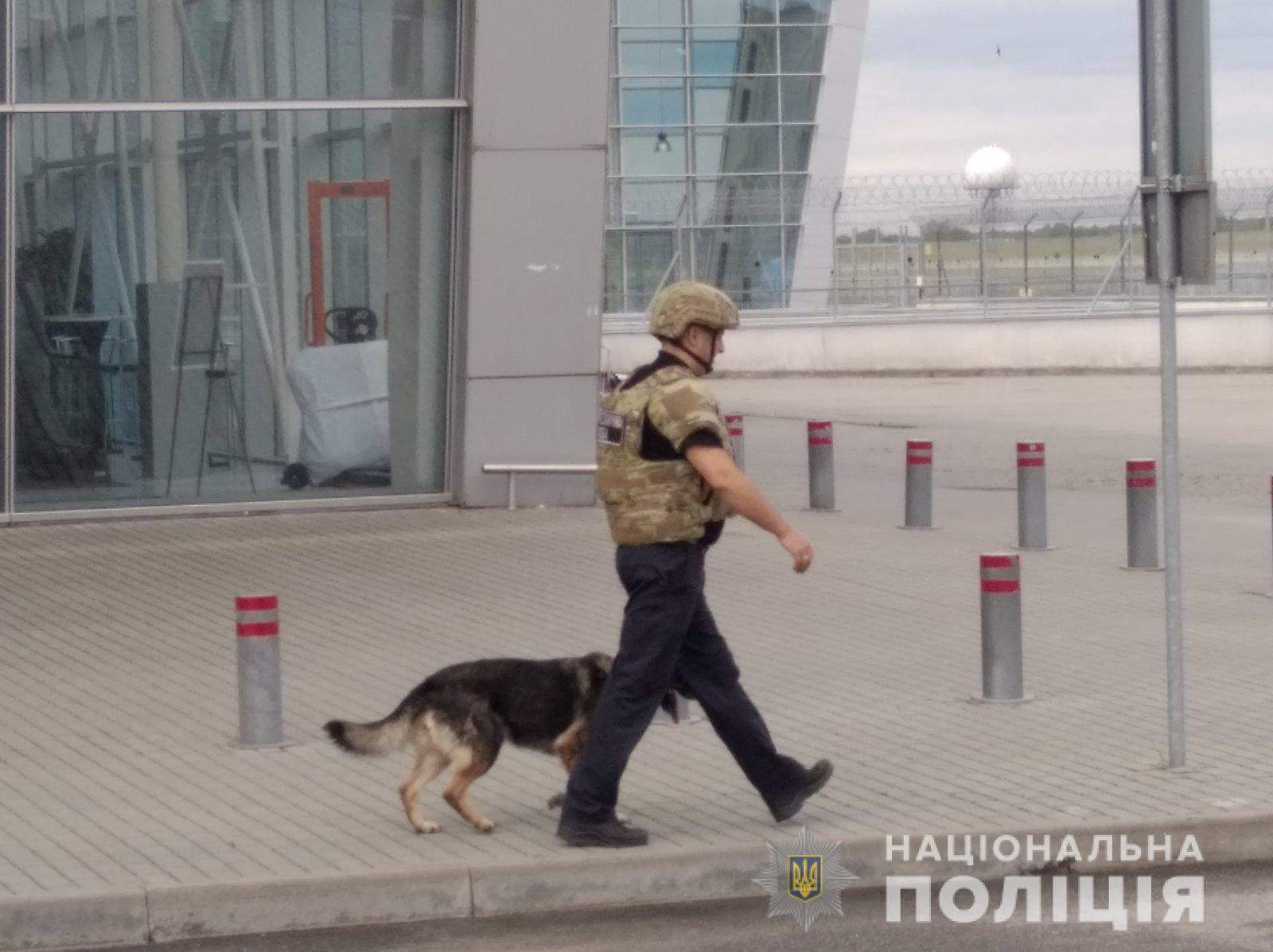 В аеропорту  Львів підірвали підозрілу сумку: у ній був лише ноутбук – фото і відео