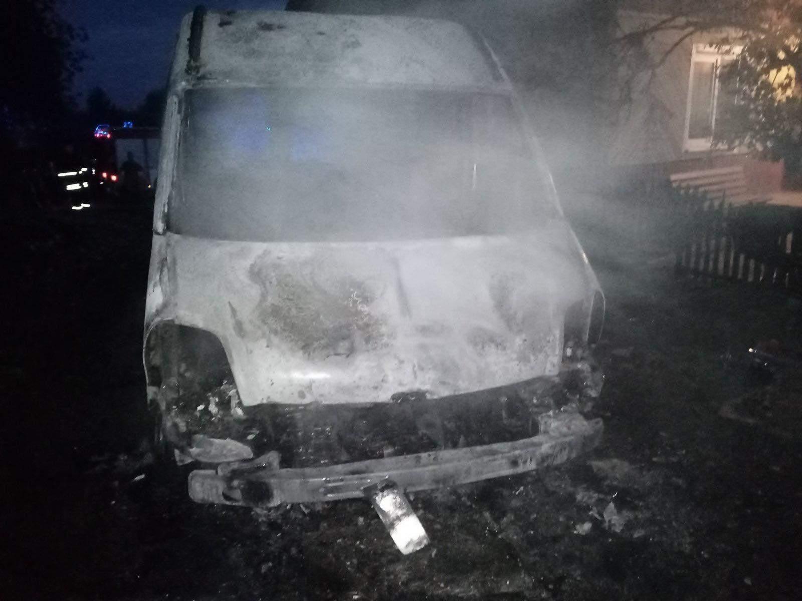Залишився лише кузов: на Львівщині вщент згорів мікроавтобус – фото