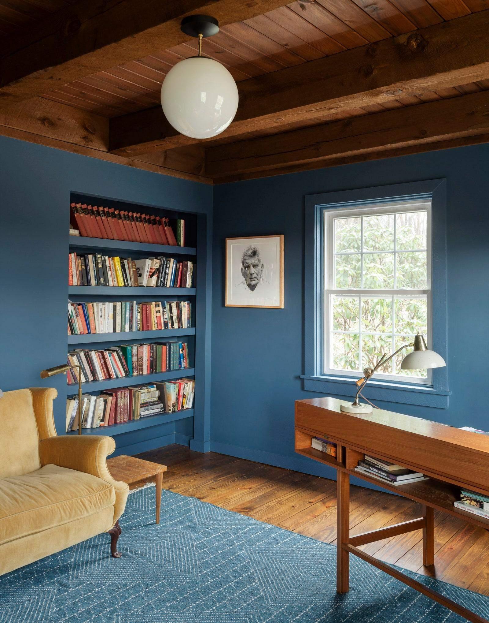 Кабінет у приглушених відтінках синього