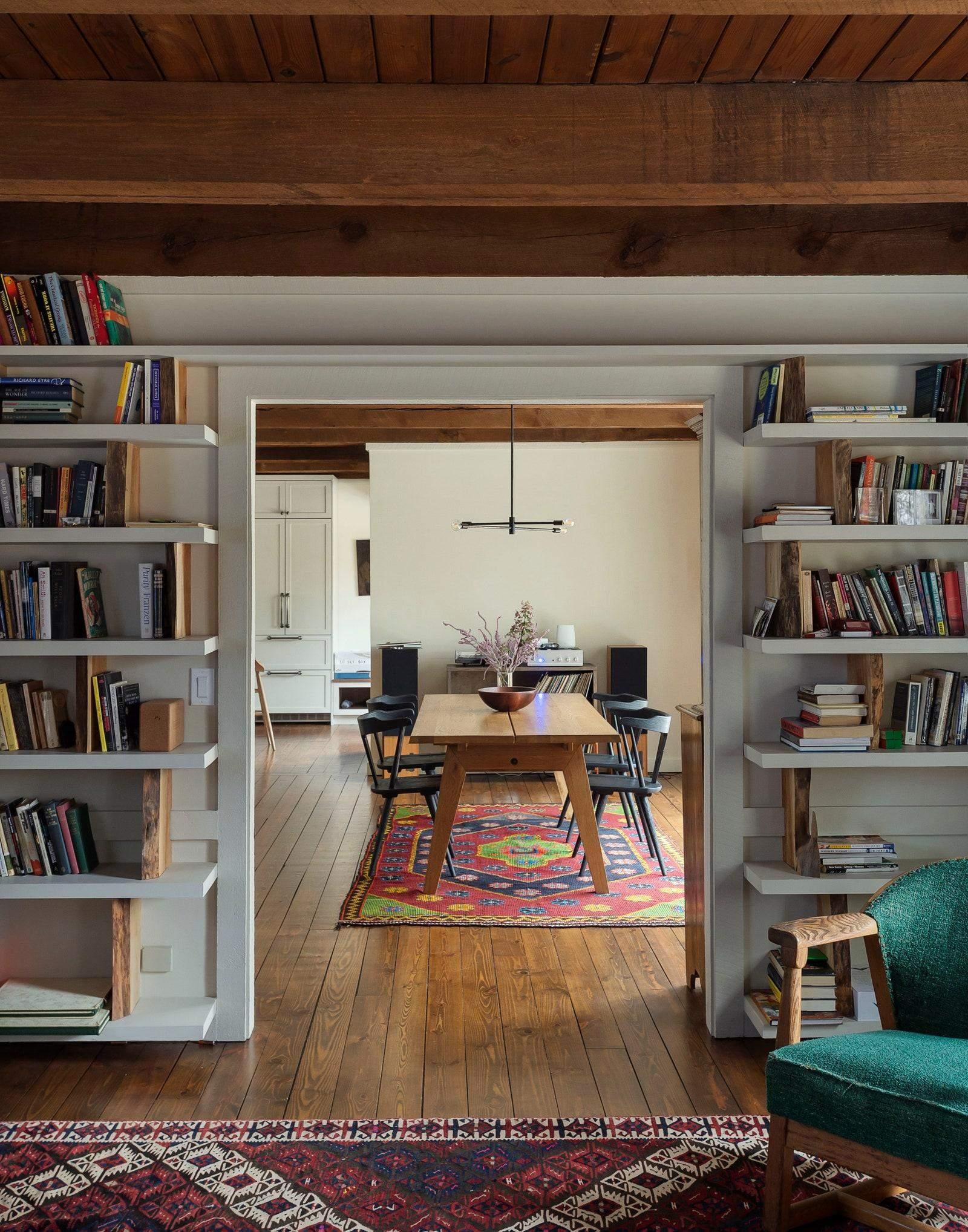 В будинку багато відкритих стелажів з книгами та іншими речами