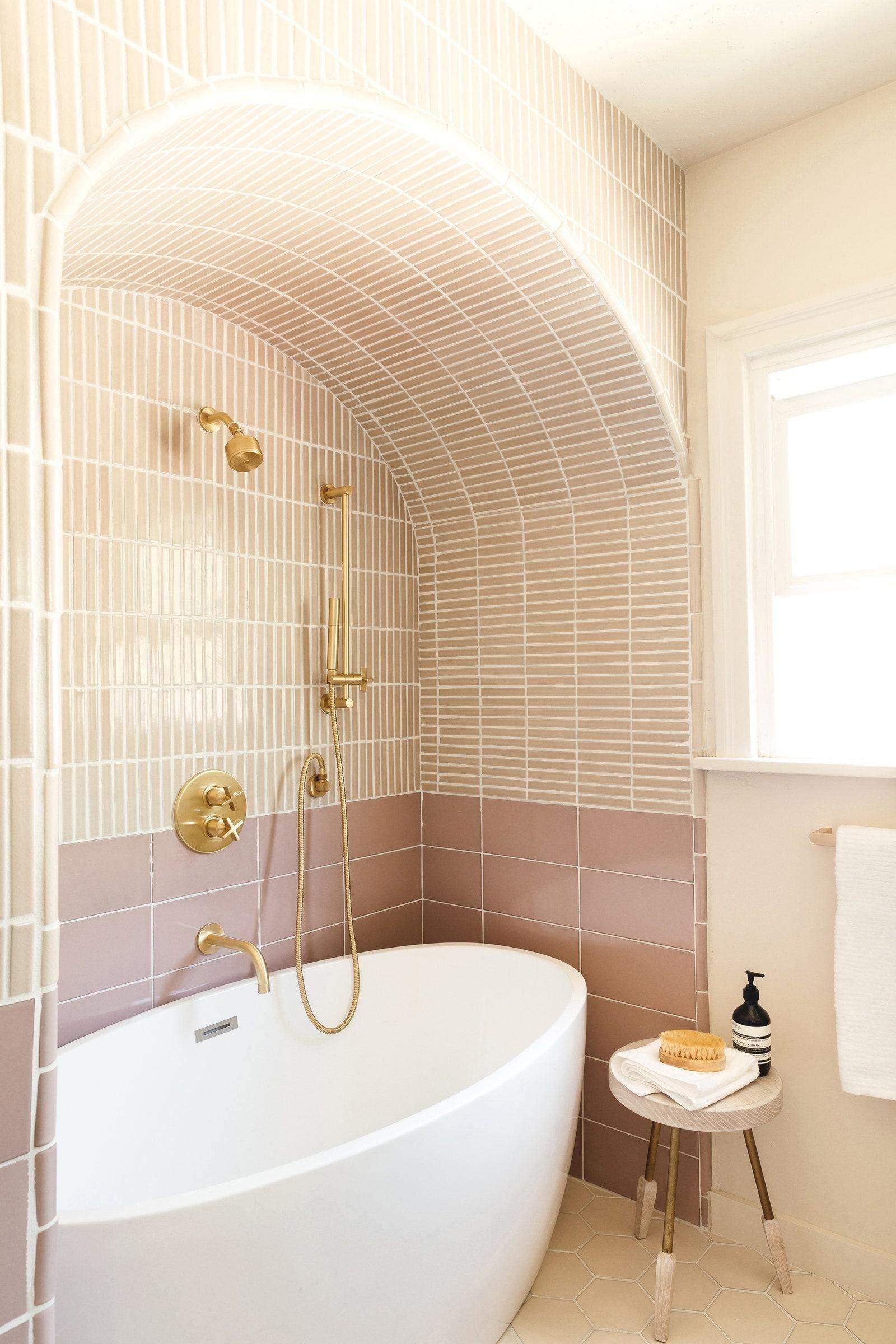 Дизайн обігрує арки в ванній