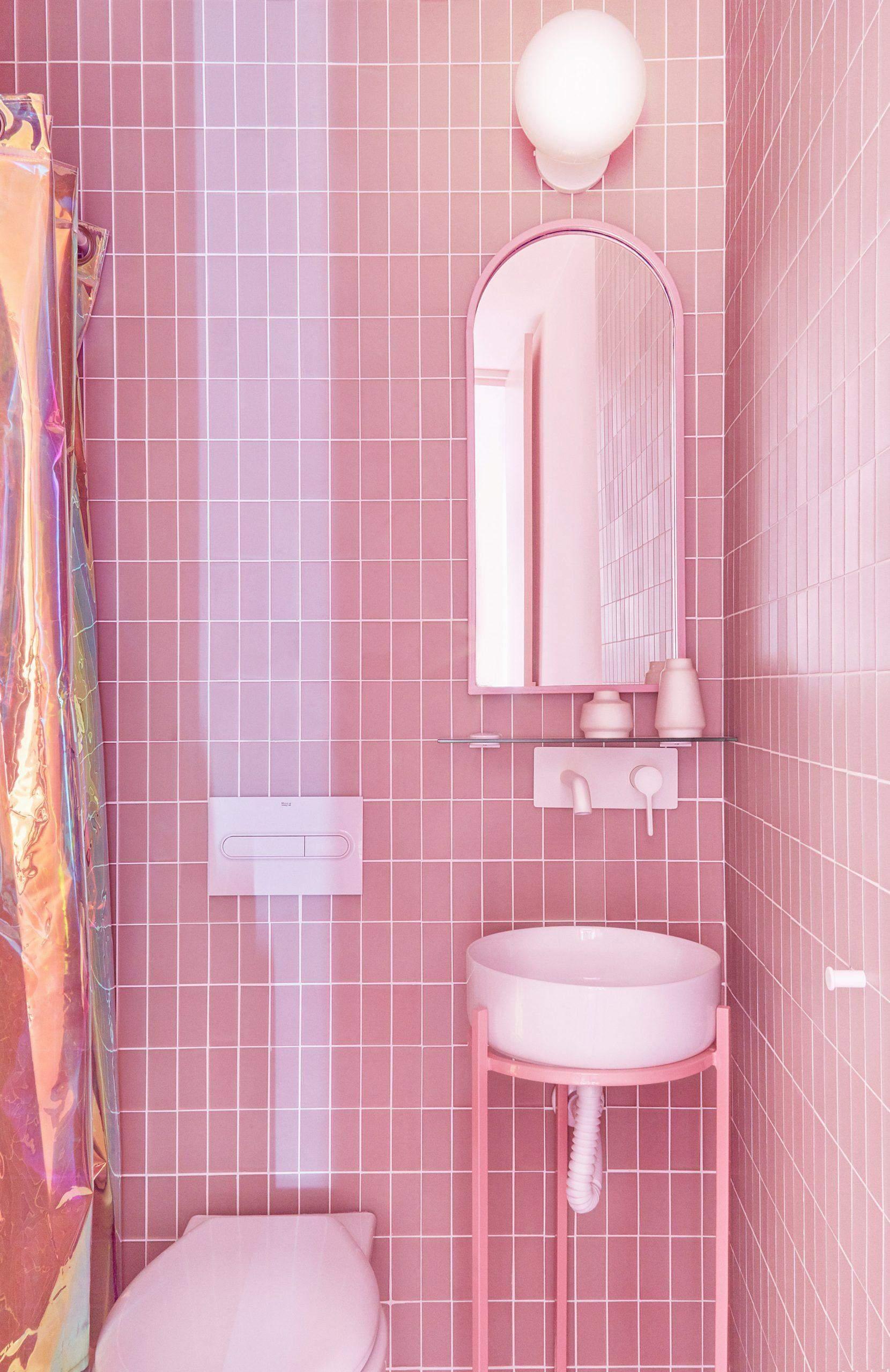 Ванна кімната з блискучими шторками