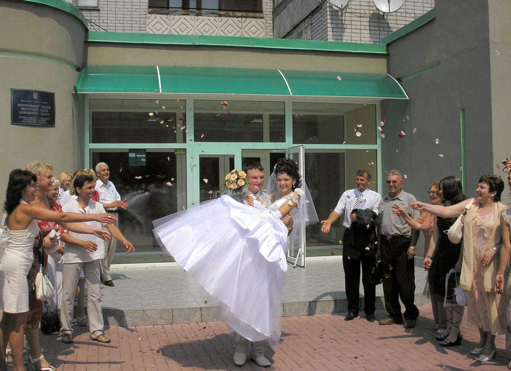 Невеста в пышном платье и с высокой прической.  Кременчуг, 2007