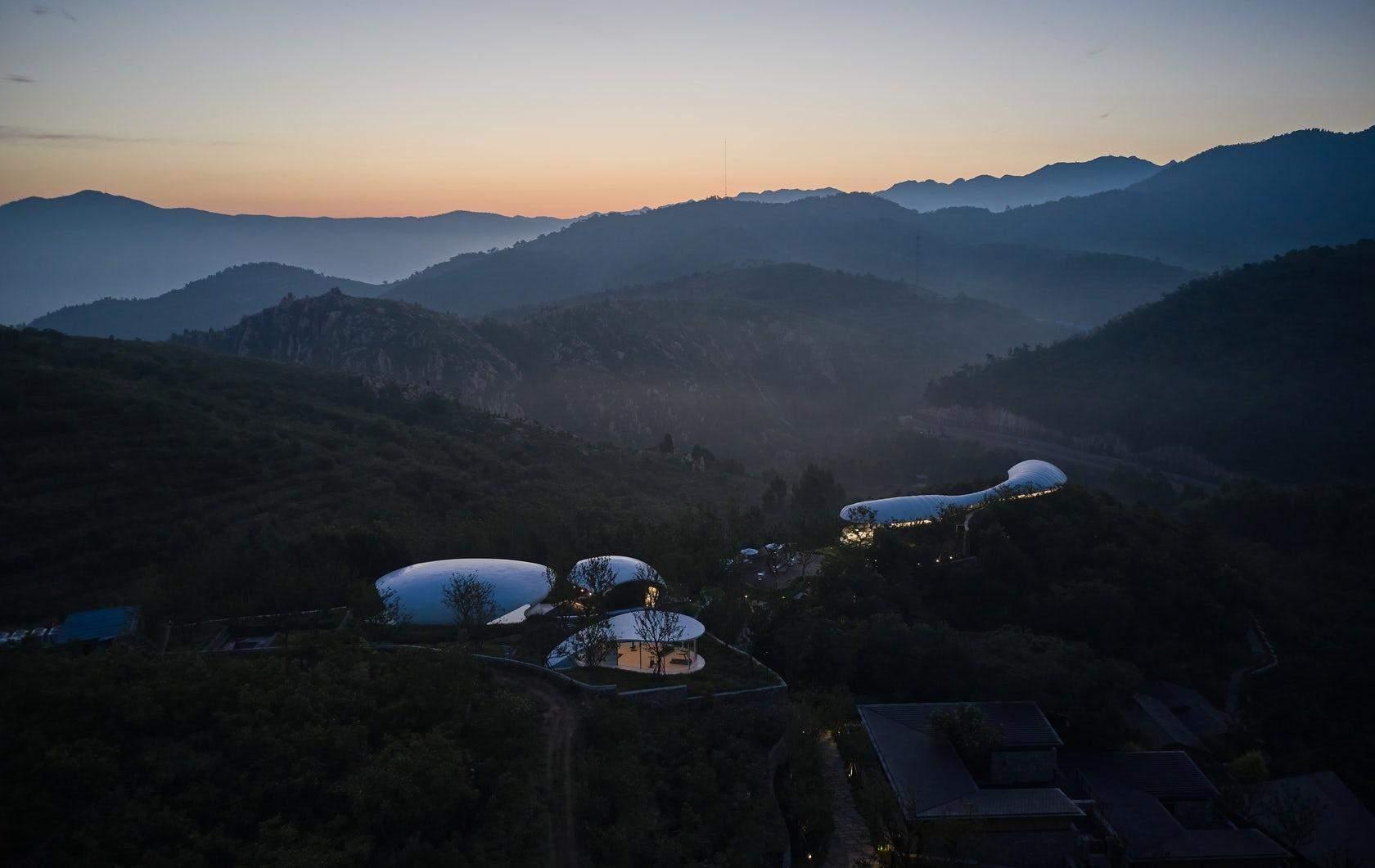 Как выглядит панорамный бассейн посреди гор в Китае