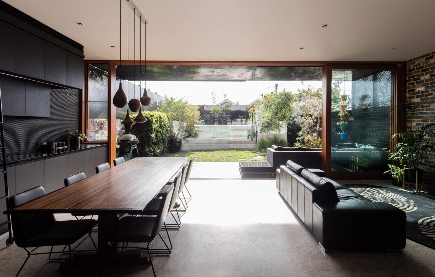 Панорамні вікна забезпечують достатню кількість природного світла