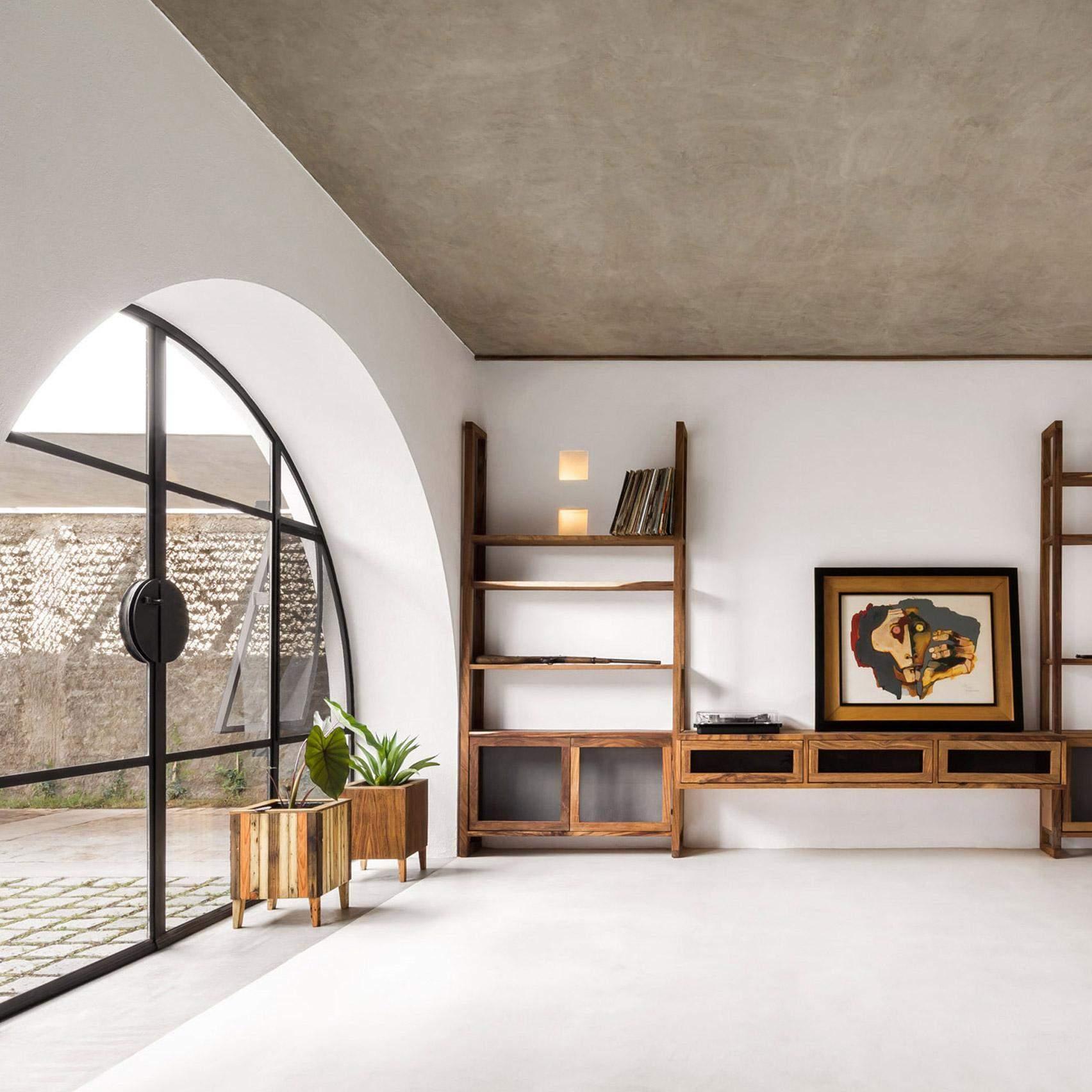 Білі стіни, дерево і великі вікна роблять цей будинок довершеним