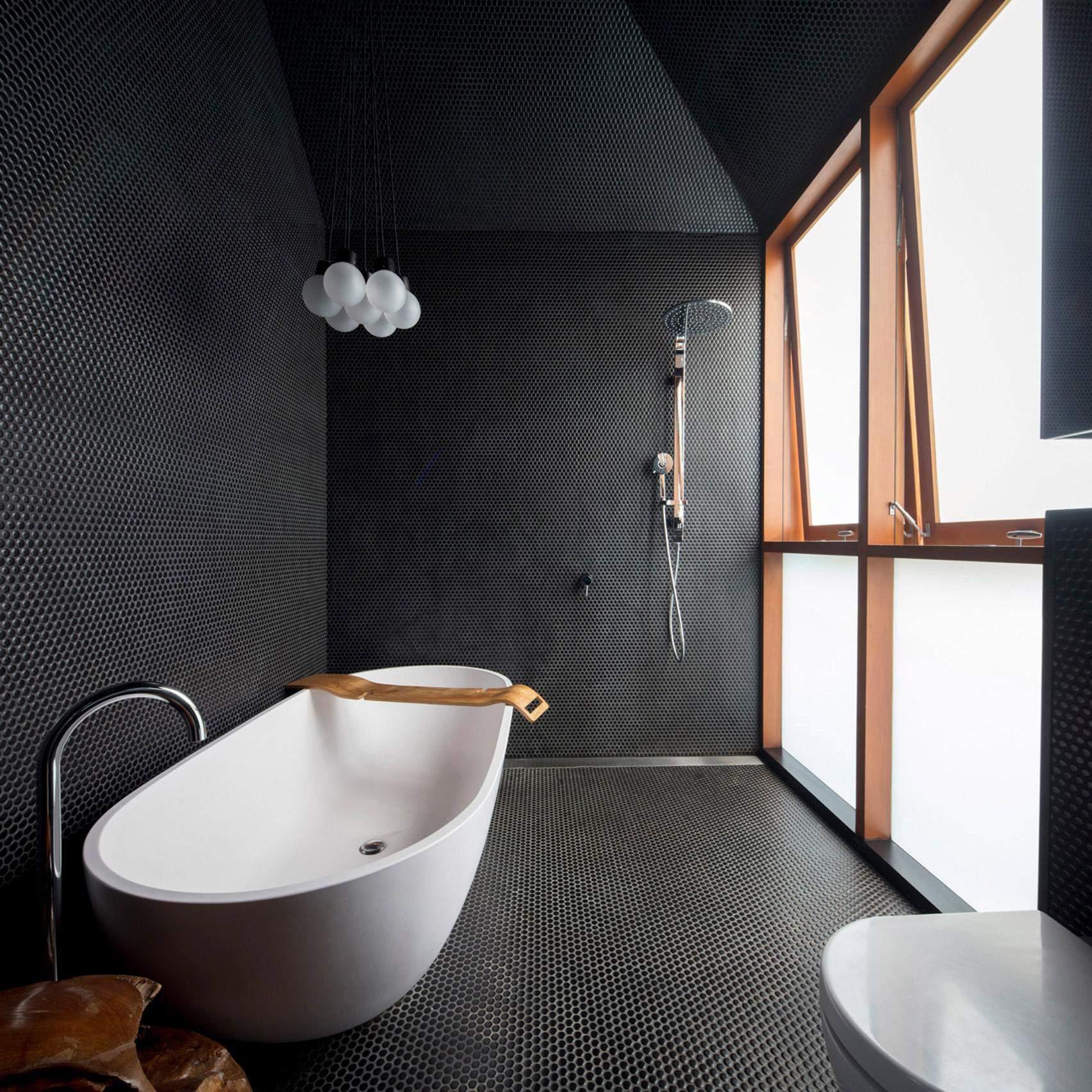 Отдельная ванна под покатой крышей