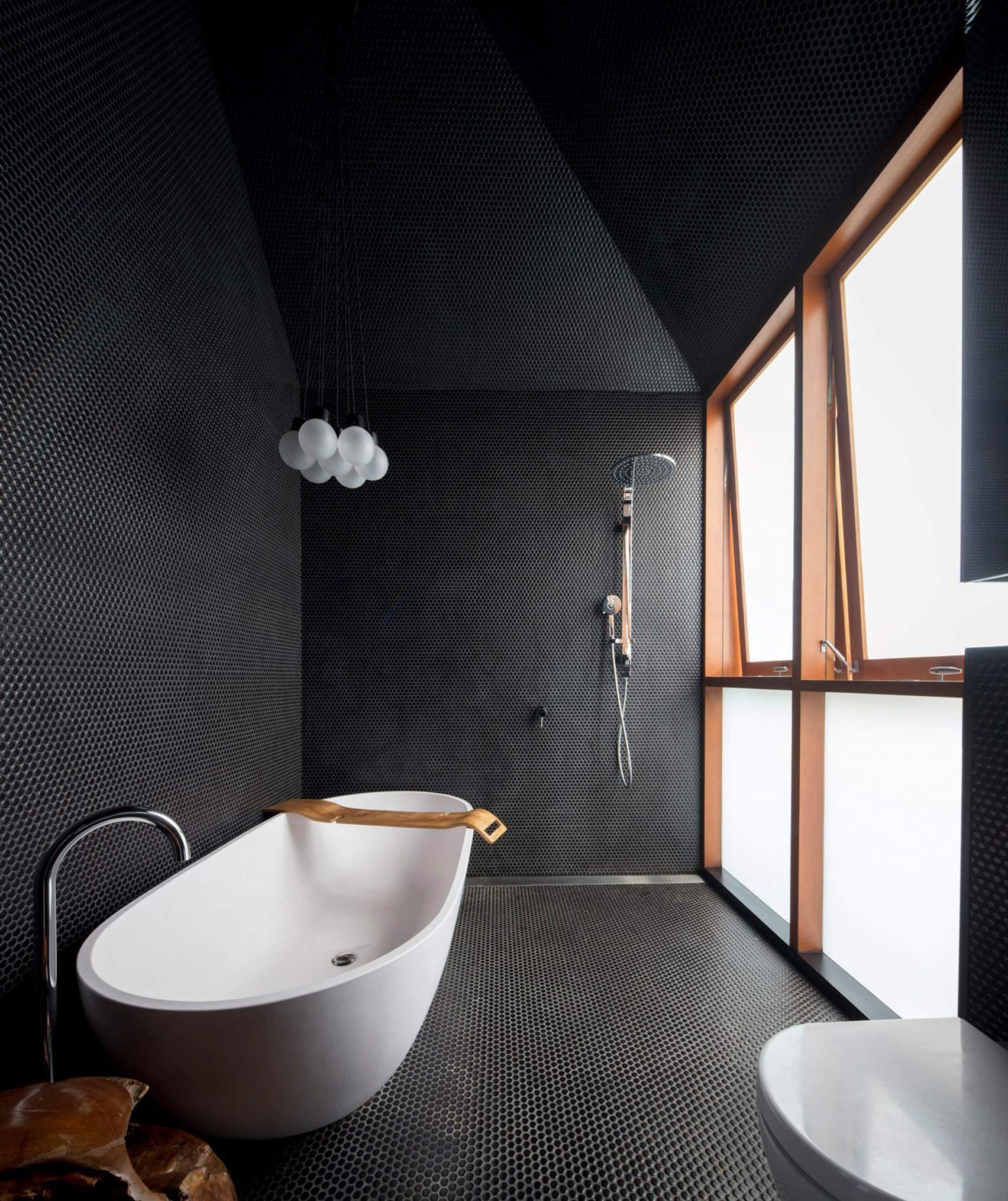 Ванна кімната з похилим дахом