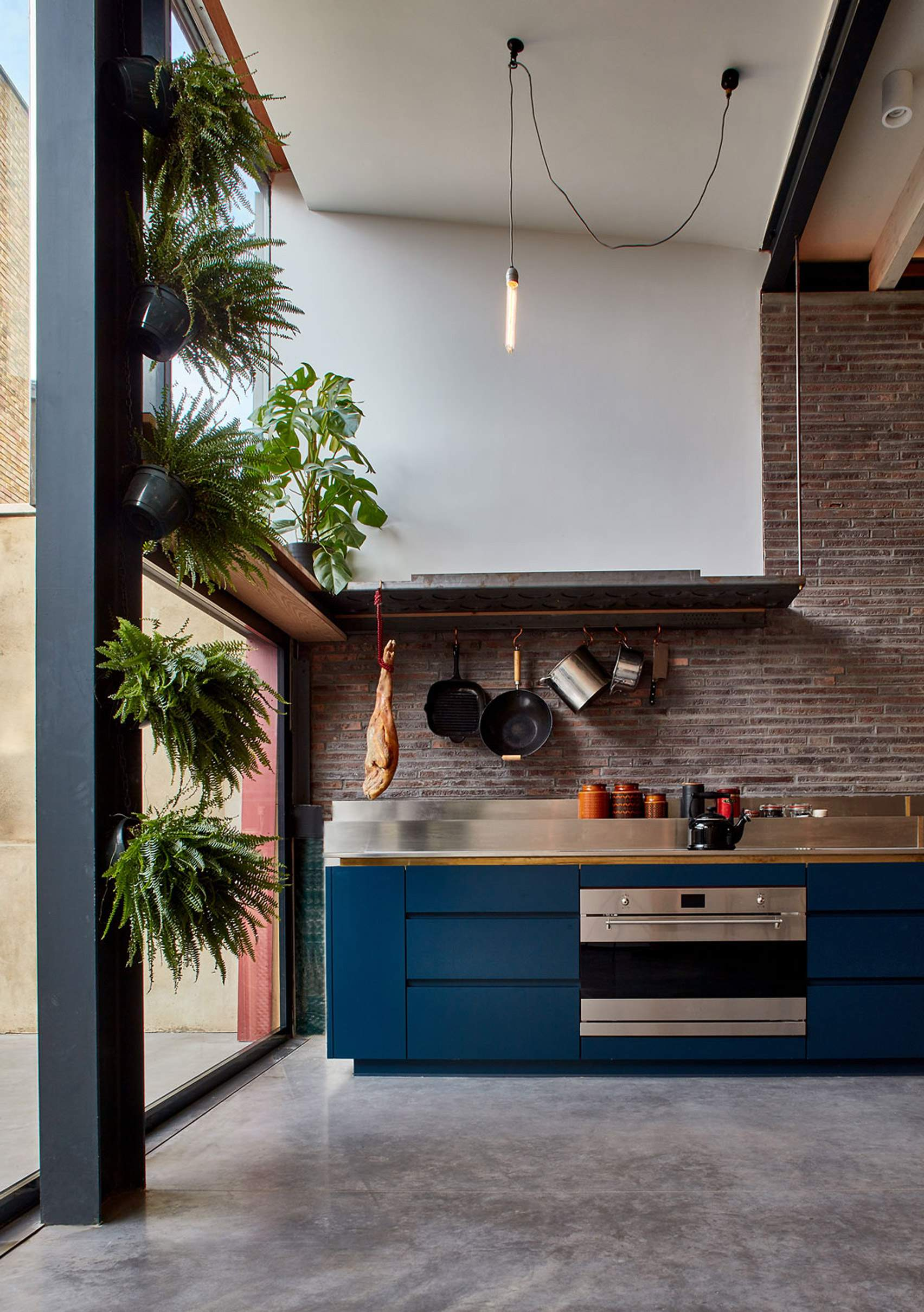 В этой кухне очень высокий потолок