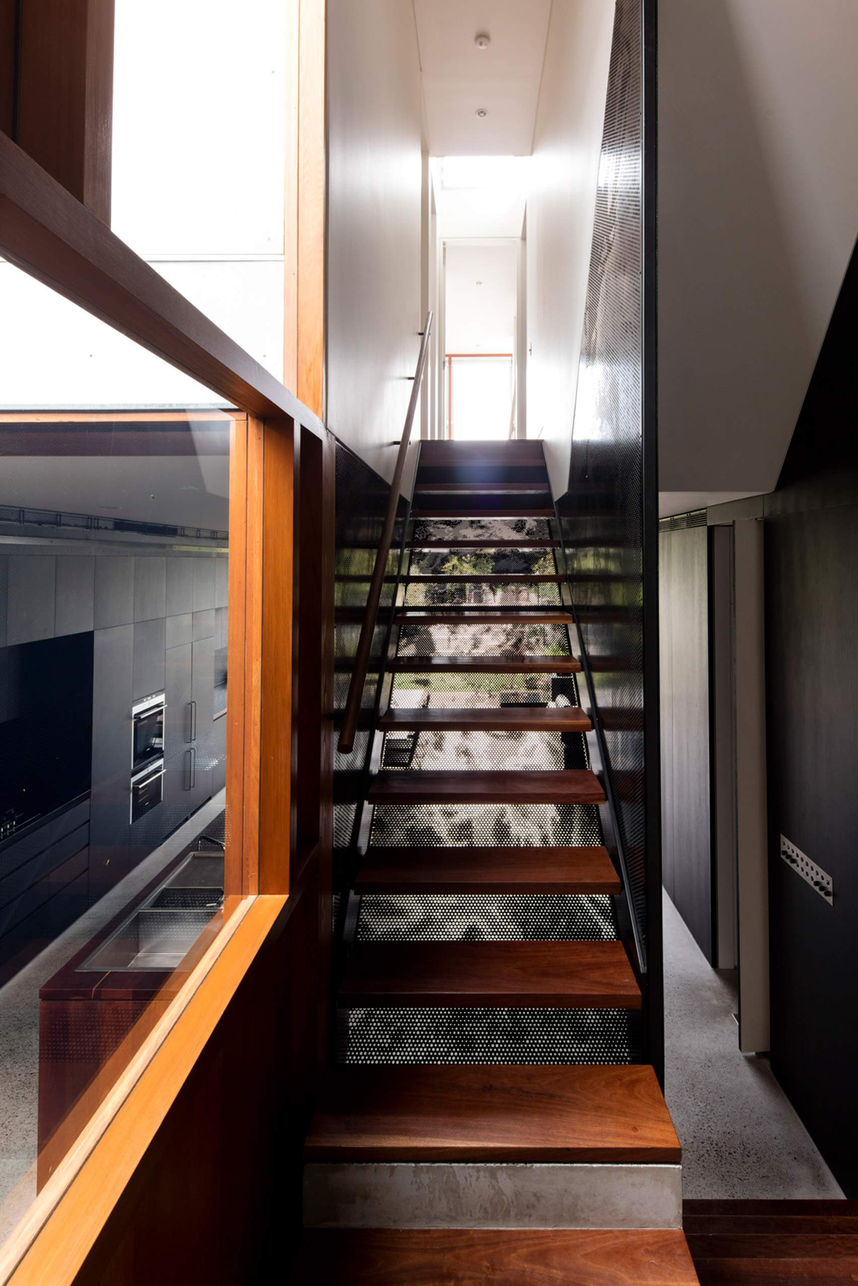 Дерев'яні сходи на 2-й поверх