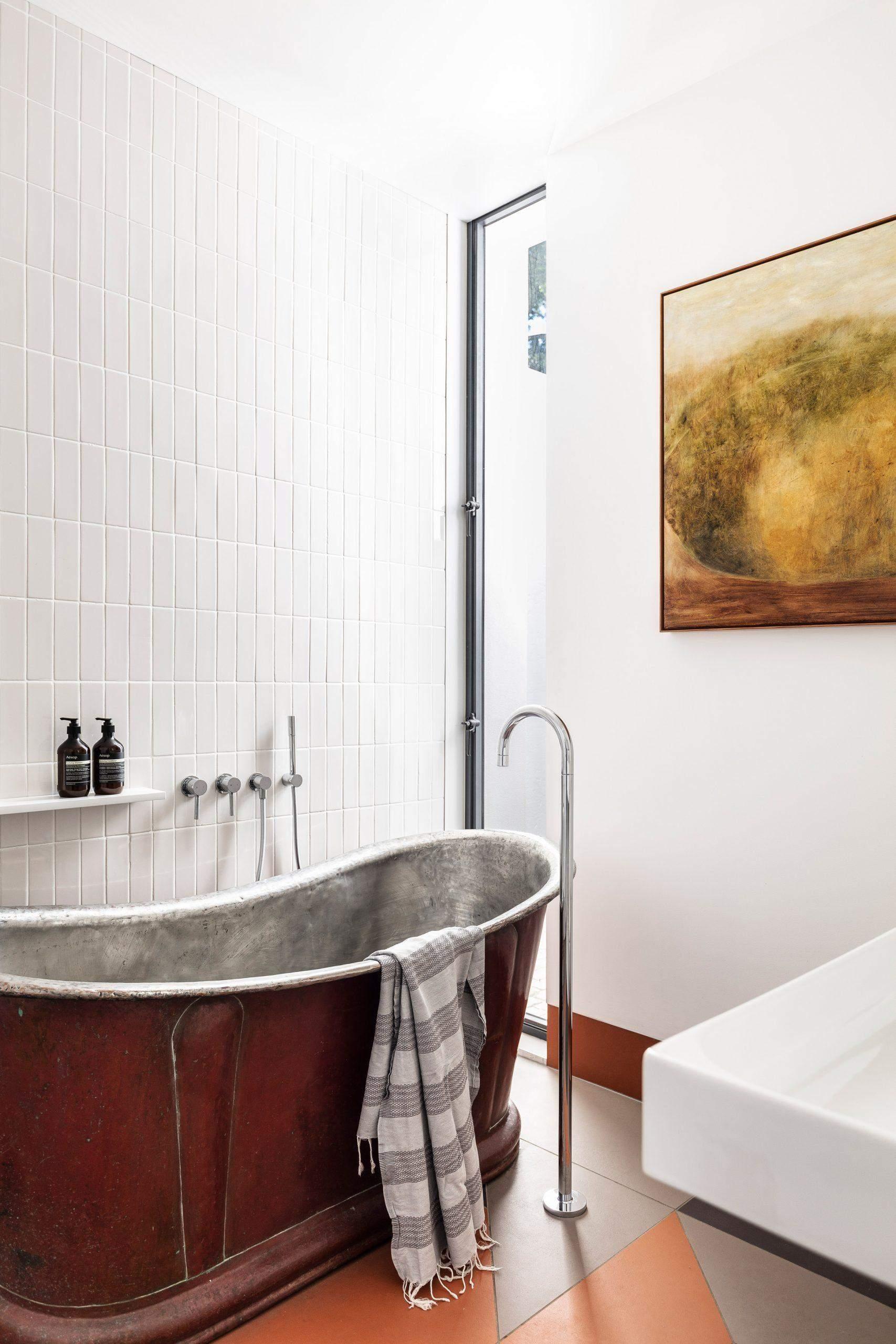 Ванна у білому кольорі та з додатковими акцентами / Фото Deezen
