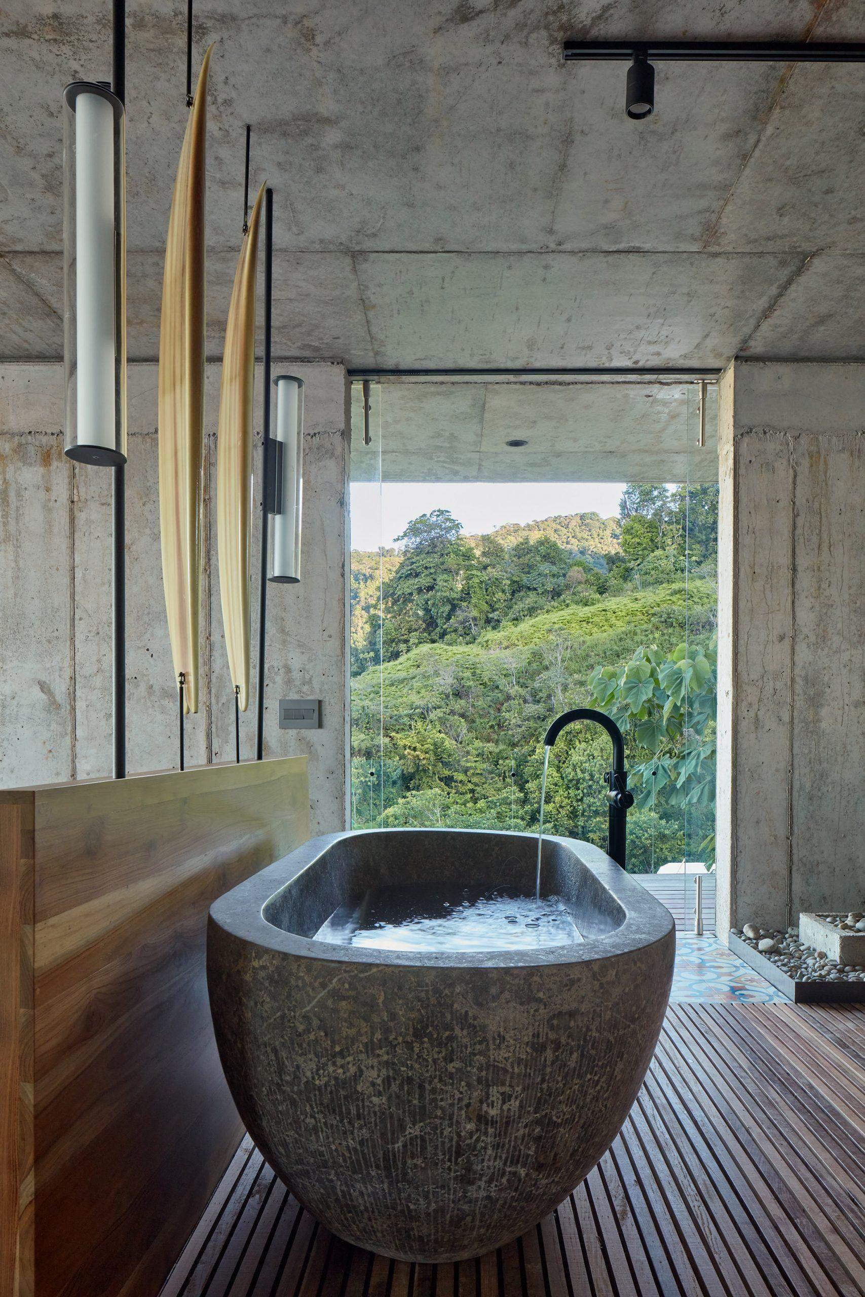 Бетонная ванна с видом на джунгли