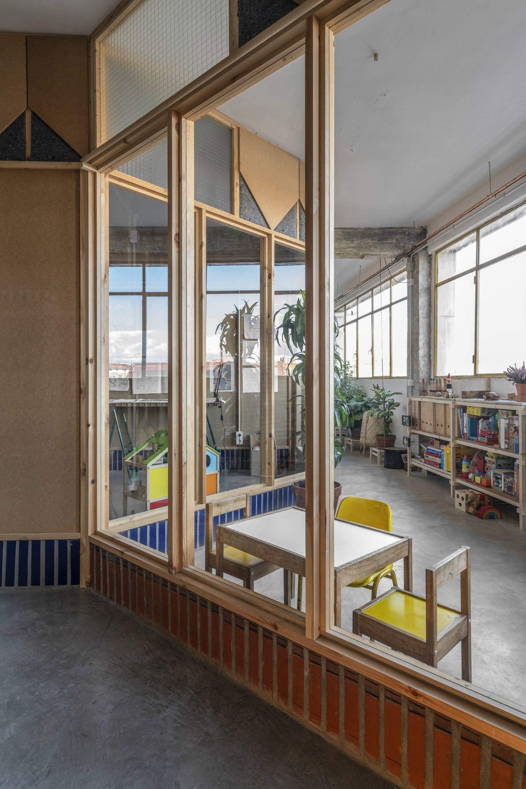 Дитяча кімната розташована біля стіни з вікнами