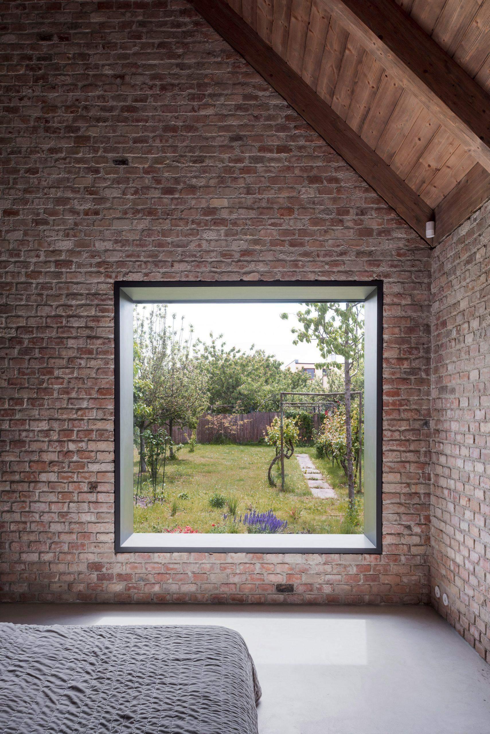 Вікна спальні з виглядом на сад