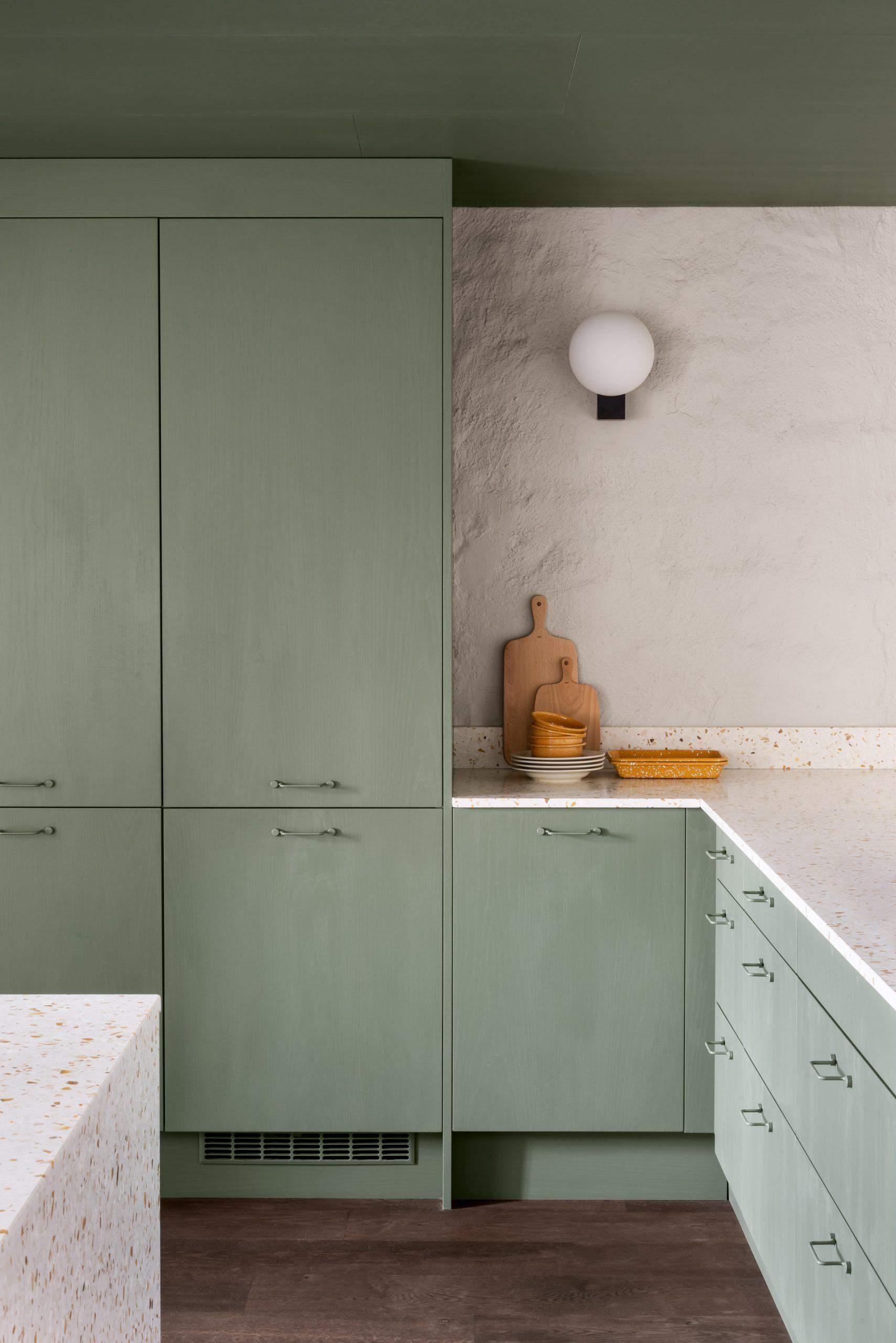 Кухня в шалфейно-зеленом цвете