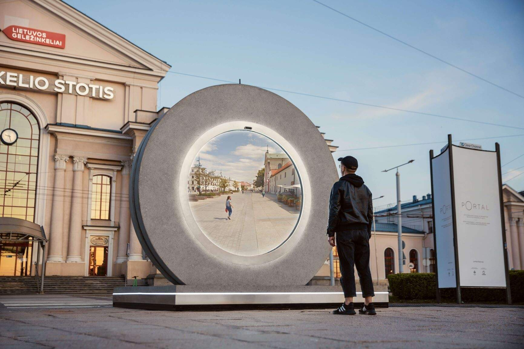 Фантастика стає реальністю: у Польщі та Литві побудували віртуальний портал між столицями