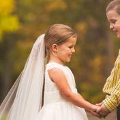 """Больная 5-летняя девочка """"вышла замуж"""" за своего друга перед операцией на сердце: милые фото"""