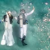 Молодая пара из Канады поженилась под водой: захватывающие фото и видео