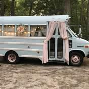 18-летняя девушка превратила фургон в красивый домик на колесах: фото