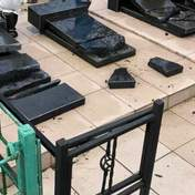 На Миколаївщині п'яні школярки заради забави розгромили кладовище