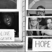 Фотограф показав приголомшливі світлини сімей на самоізоляції: фото зроблені через вікна