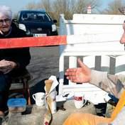 Влюбленные пенсионеры ежедневно встречаются возле закрытой границы, чтобы пообщаться: милые фото