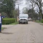 Дедушка с внучкой устроили танцы прямо на улице, соблюдая дистанцию: волшебное видео