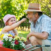 Вчені довели користь виховання дітей бабусями та дідусями