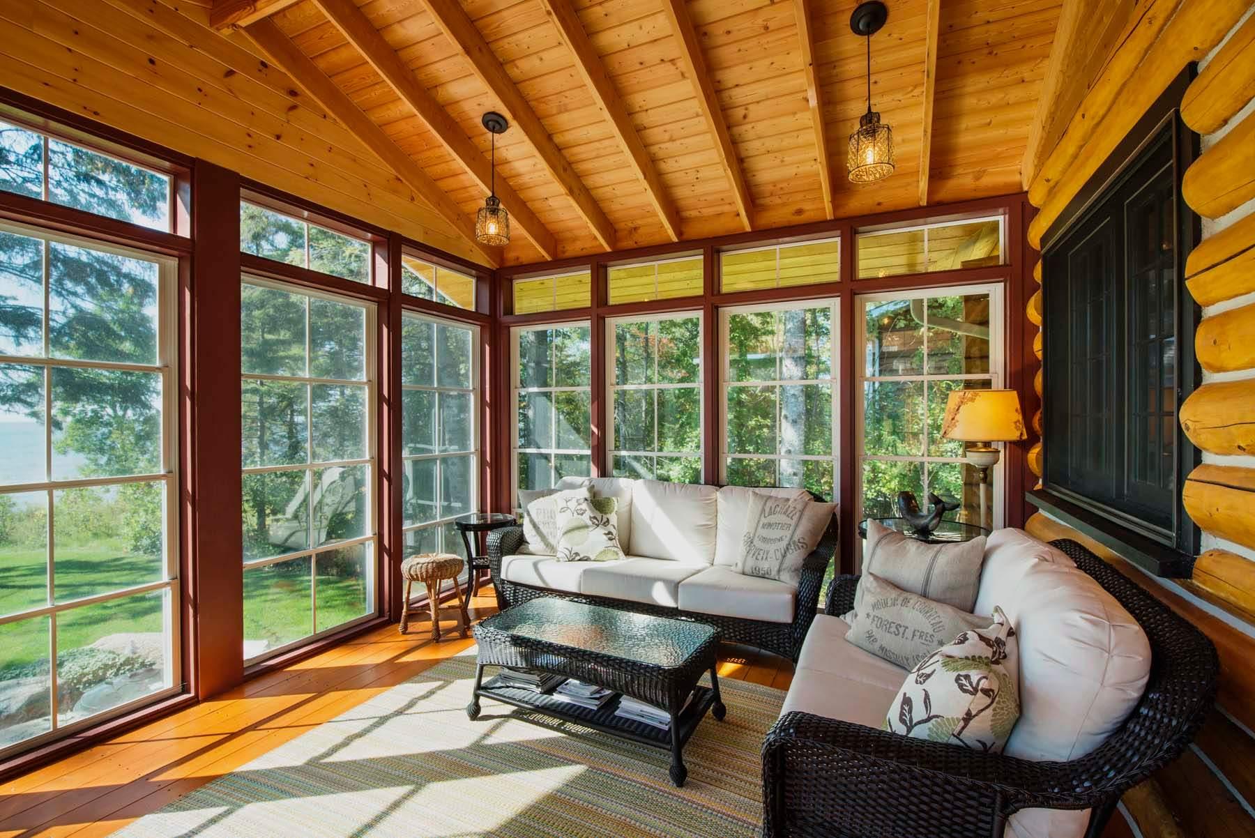 Панорамные окна объединяют пространство дома и улицу