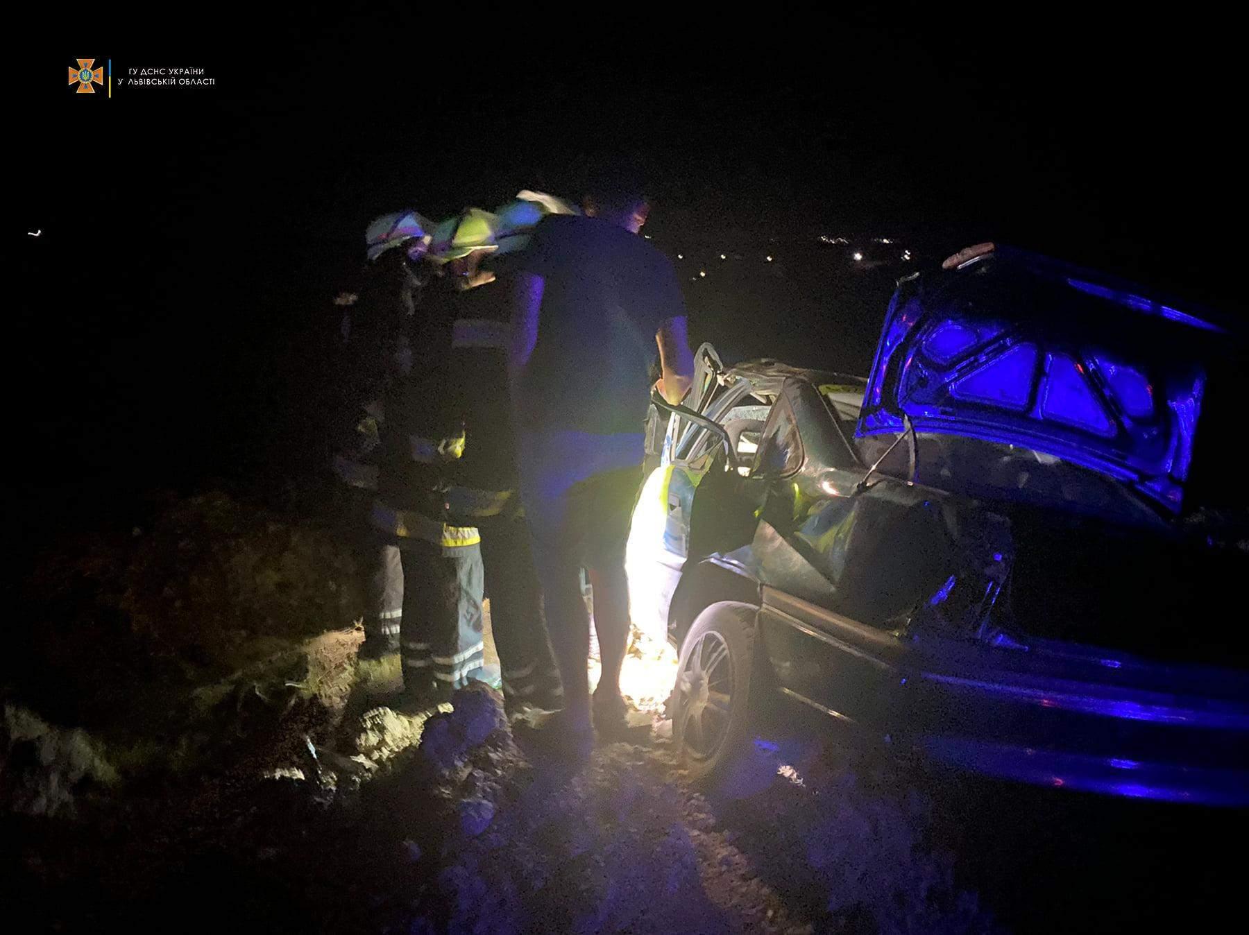 На Львівщині зіштовхнулись Ford та Opel: на місці ДТП працювали 13 рятувальників – фото