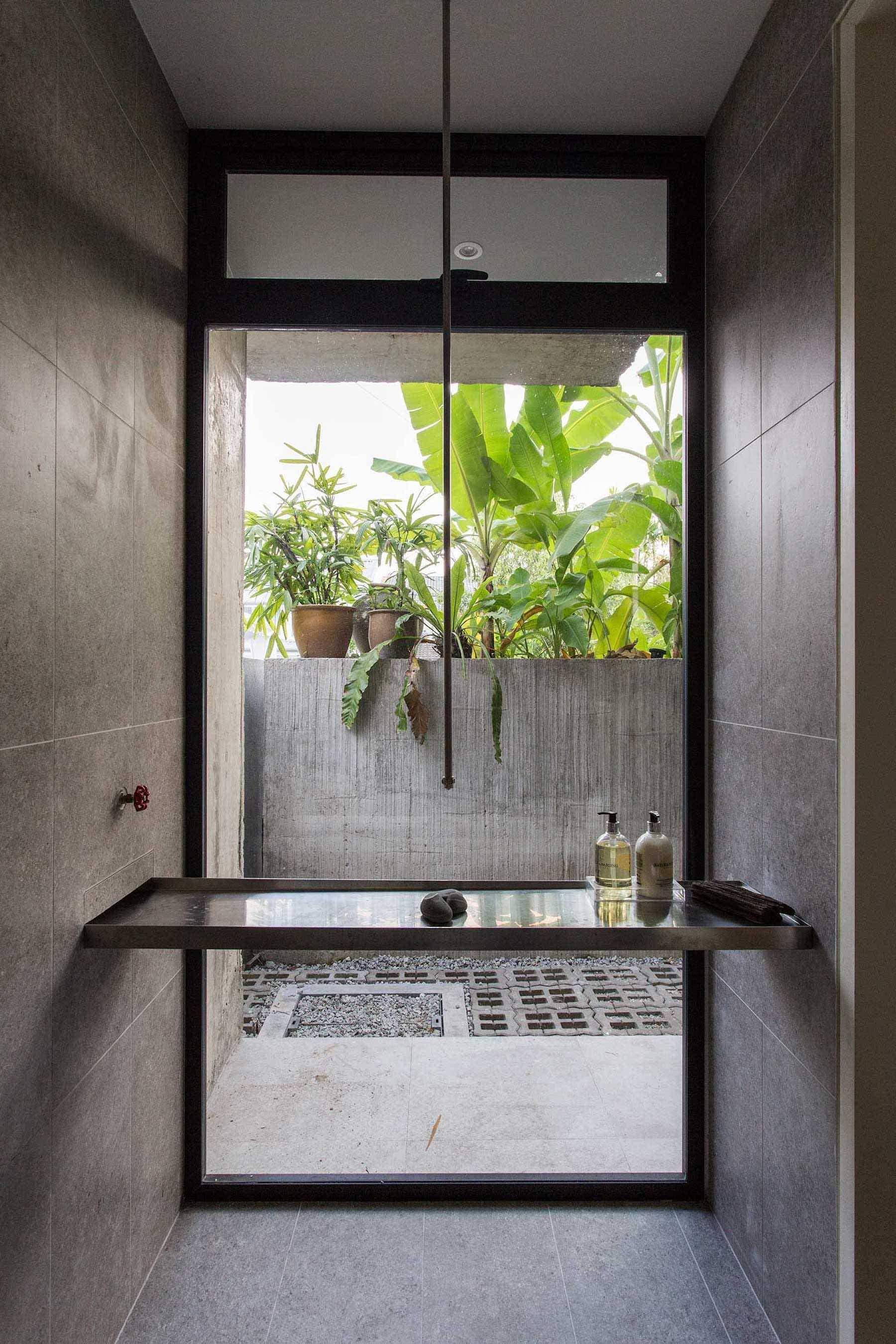Ванна кімната, що виходить в сад