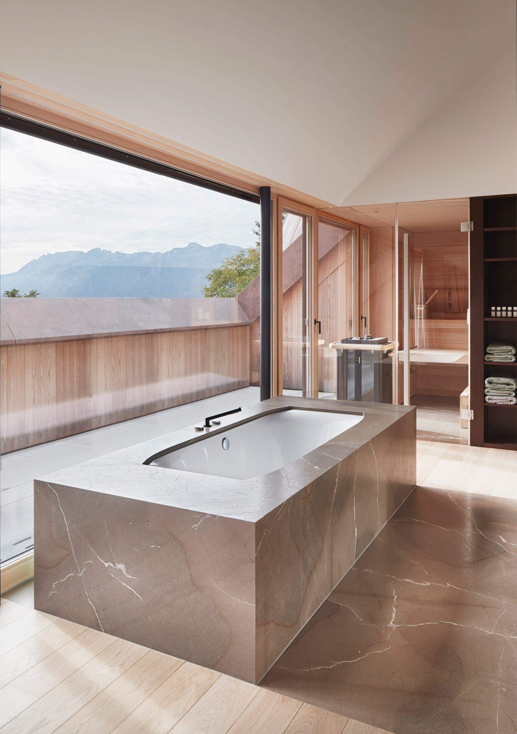 Панорамне вікно у ванній кімнаті