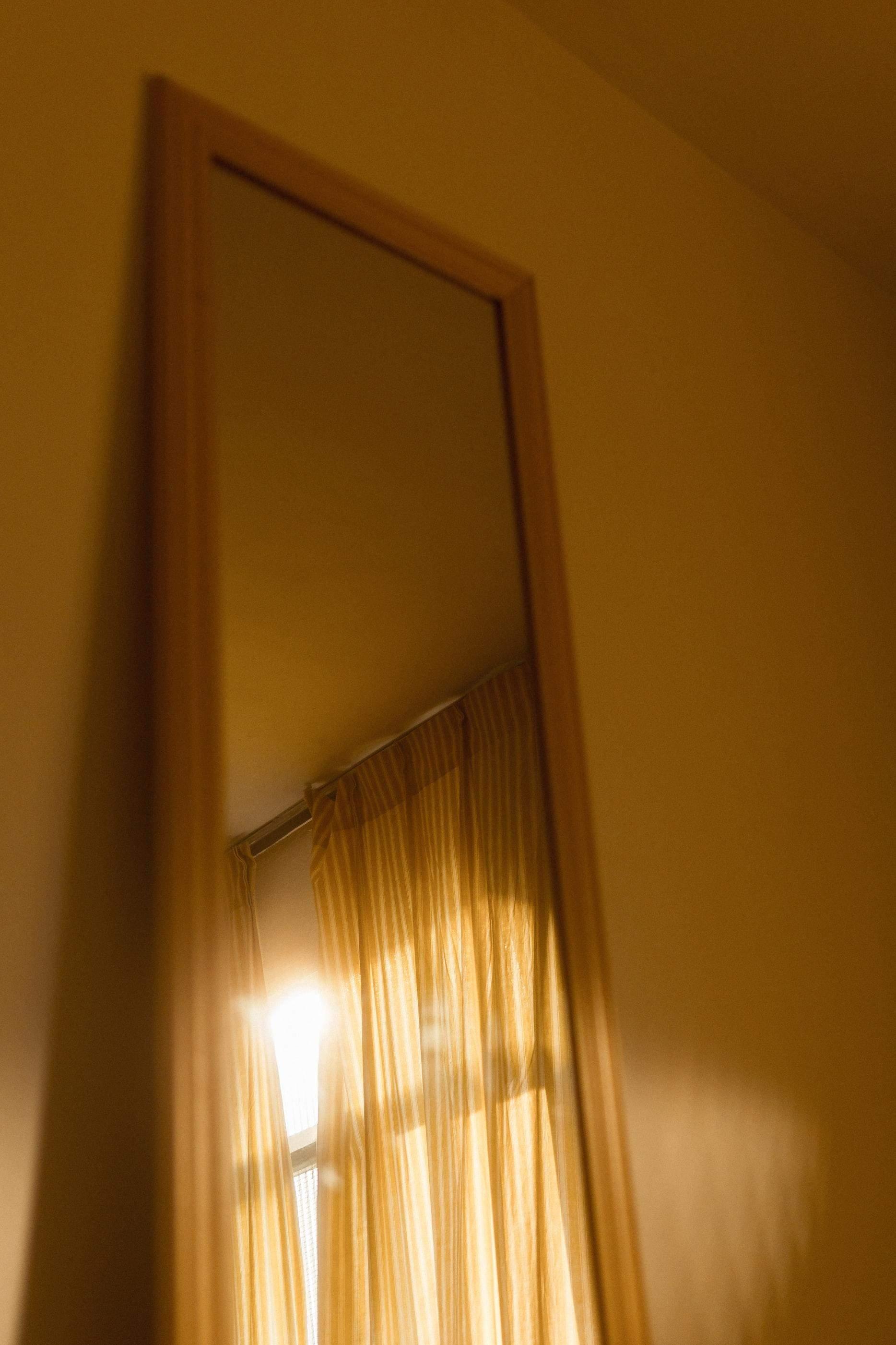 Дзеркало розсіює світло