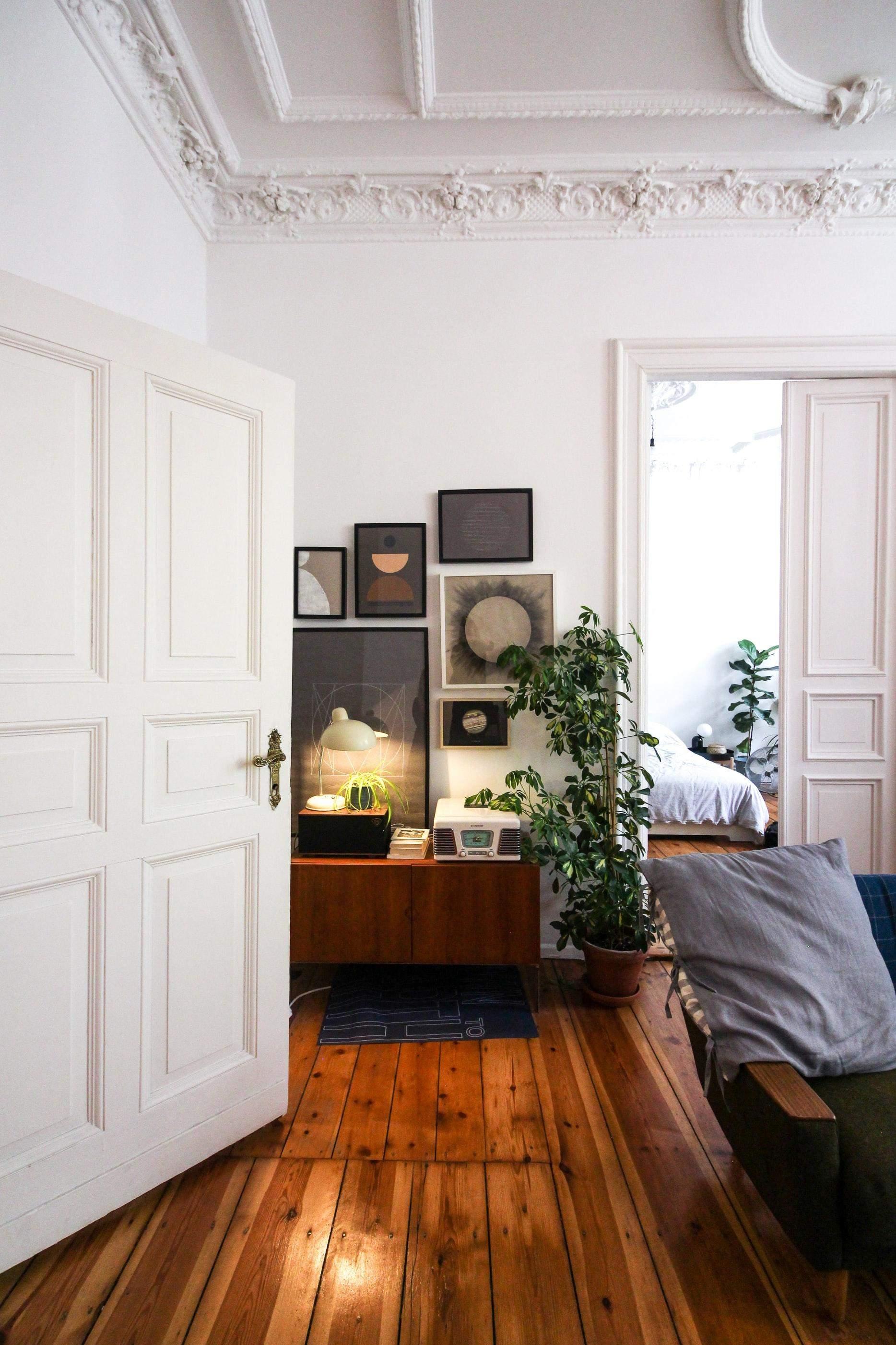 Білі міжкімнатні двері для компактних приміщень