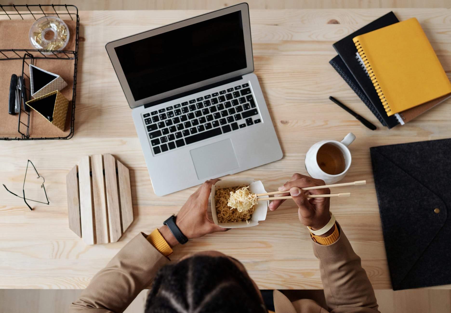 Уникайте обіду за робочим столом