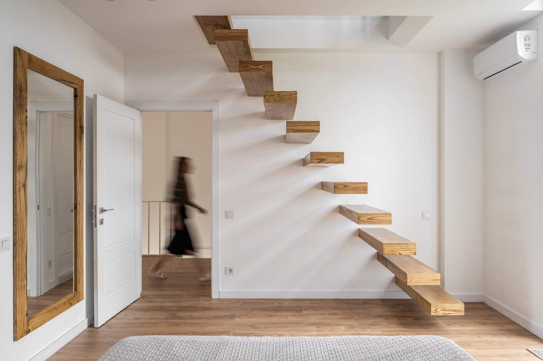 Сходи у трирівневій квартирі мають неабияке значення / Фото The Village