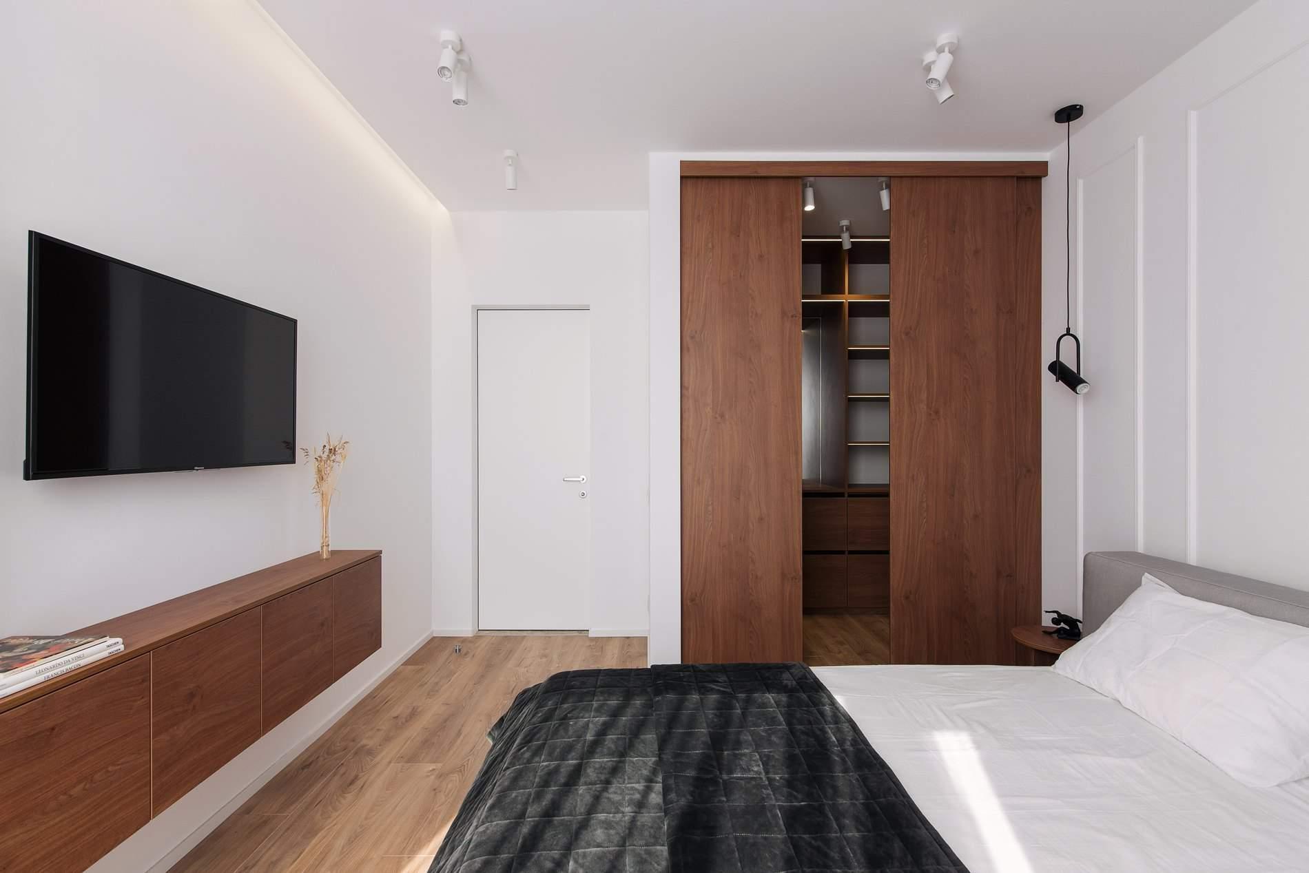 Спальню виконали у тій же кольоровій гамі, що й решту квартири