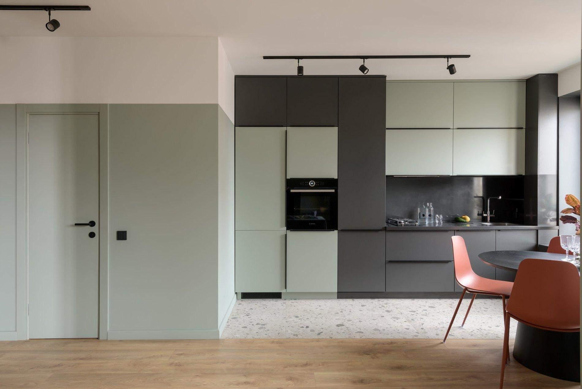 Цвет кухонных фасадов совпадает с цветом стен