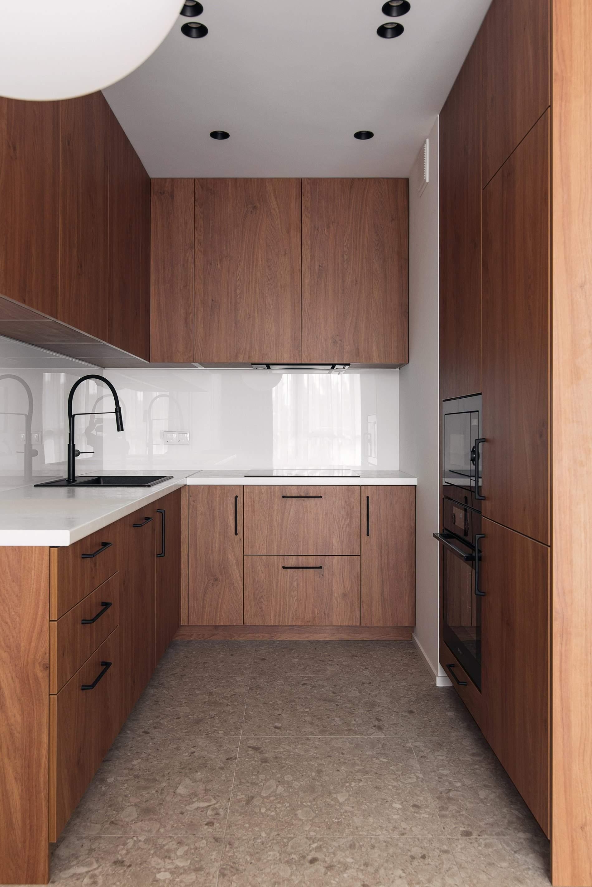 Дерев'яна кухня з вбудованою технікою