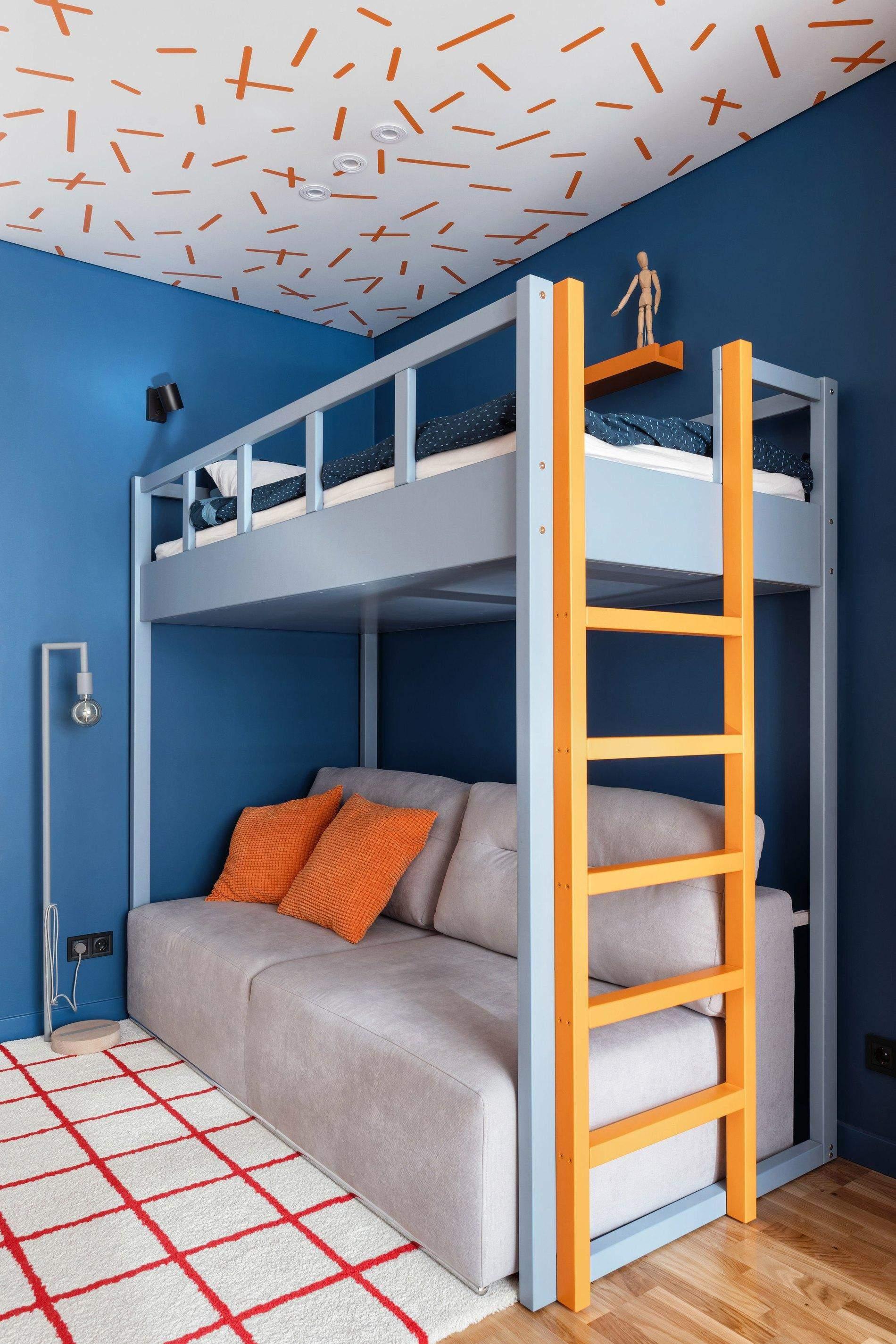 Дитяча кімната з помаранчевим декором на стелі