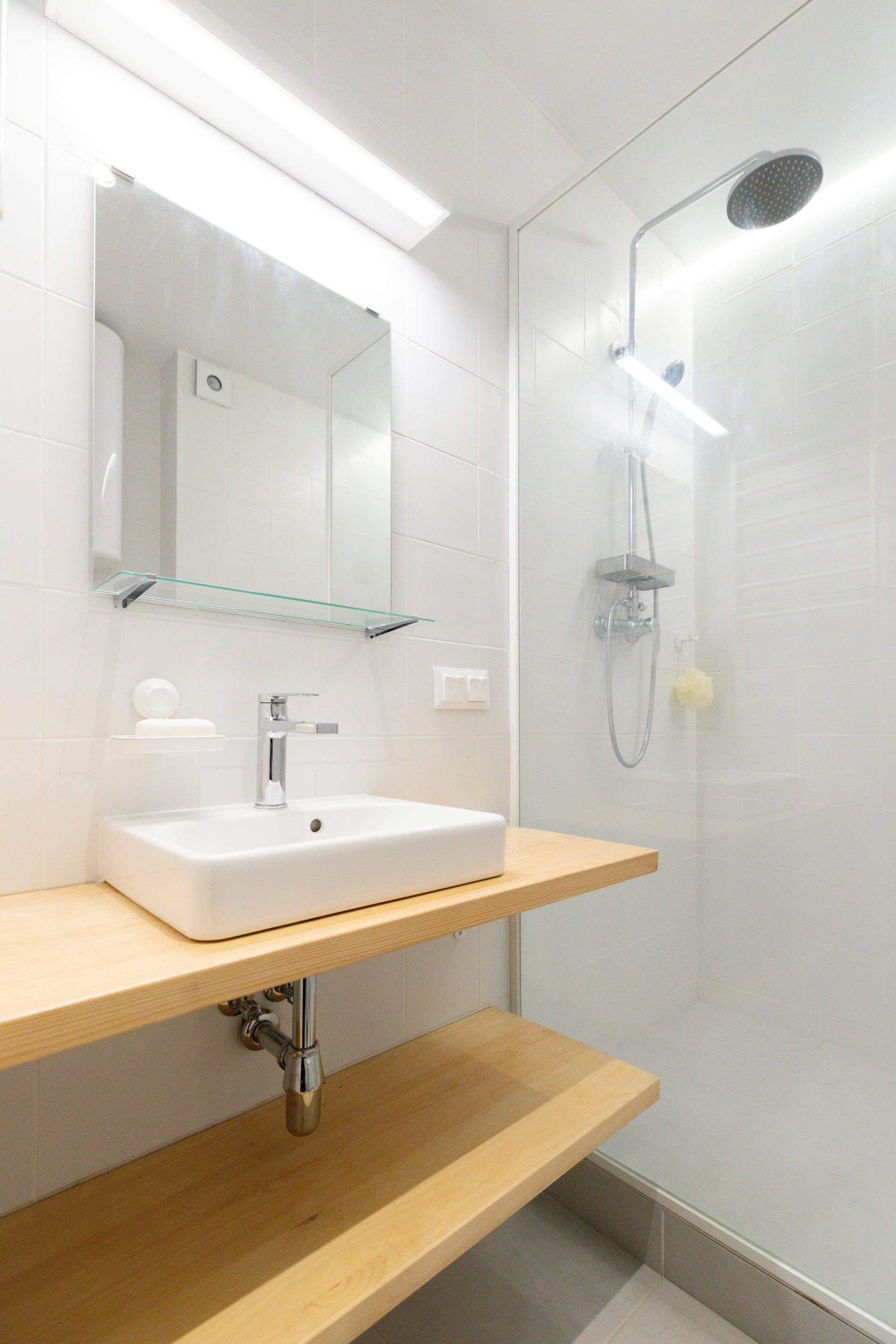 У санвузлі зробили душову зону та відкриті полиці