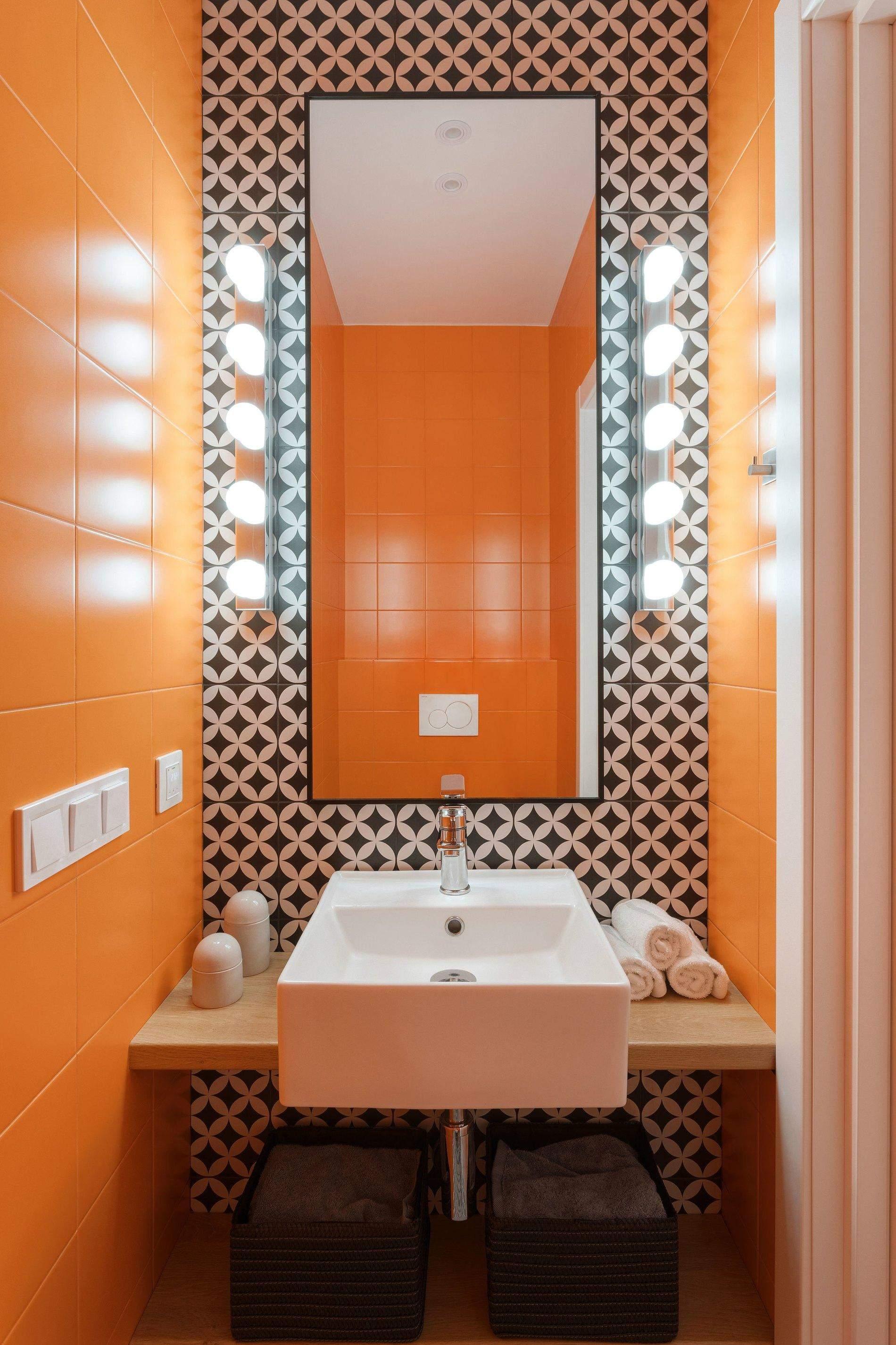 Санвузол у помаранчевому кольорі
