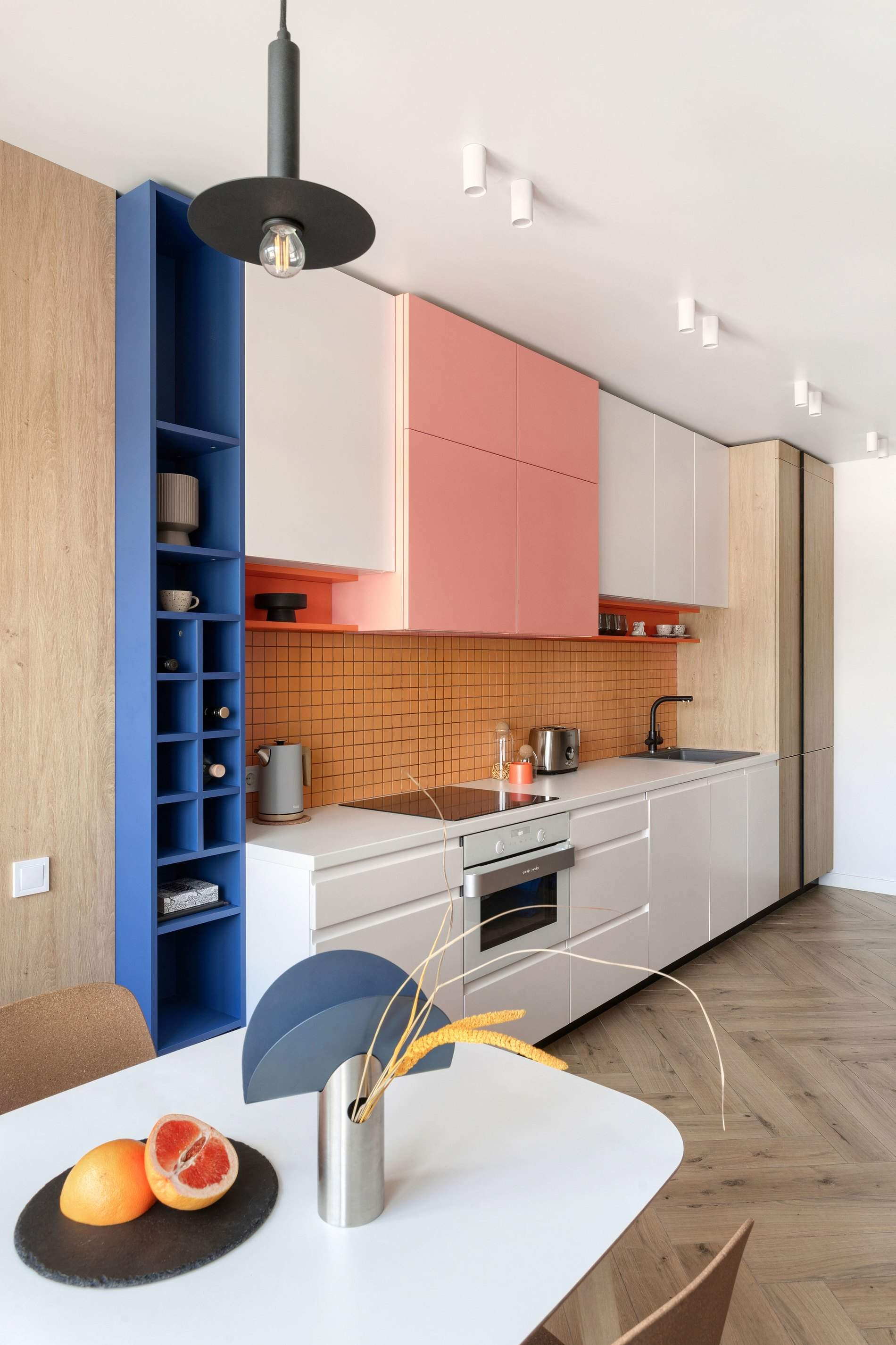 У квартирі багато синіх та рожевих акцентів