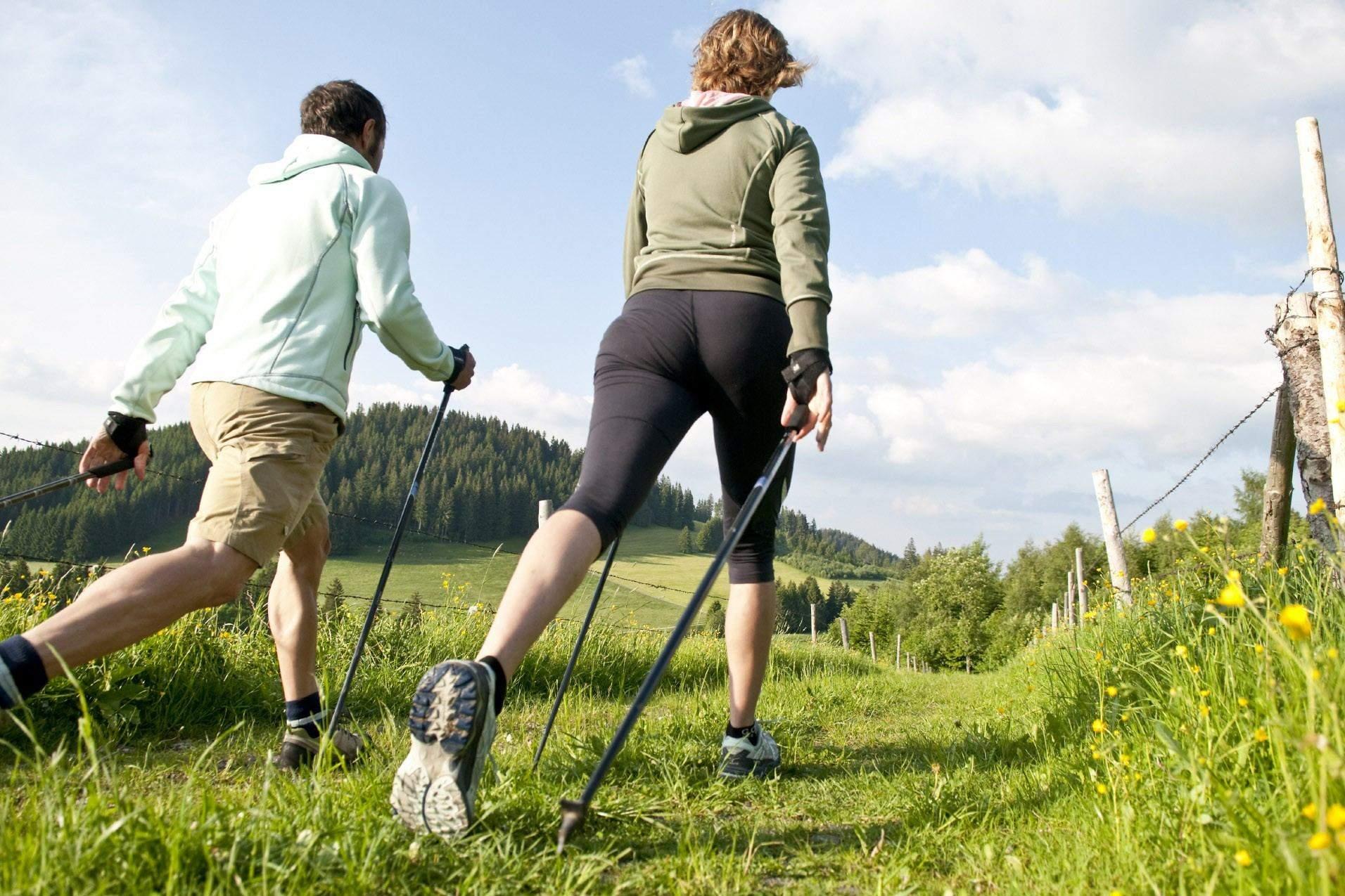 Можно заниматься скандинавской ходьбой в парке недалеко от дома