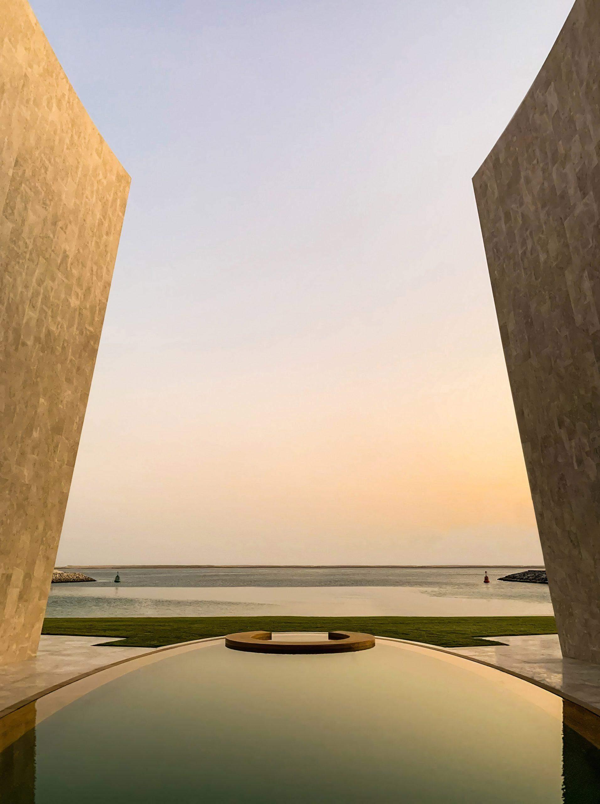 Бассейн отражает архитектурные формы виллы