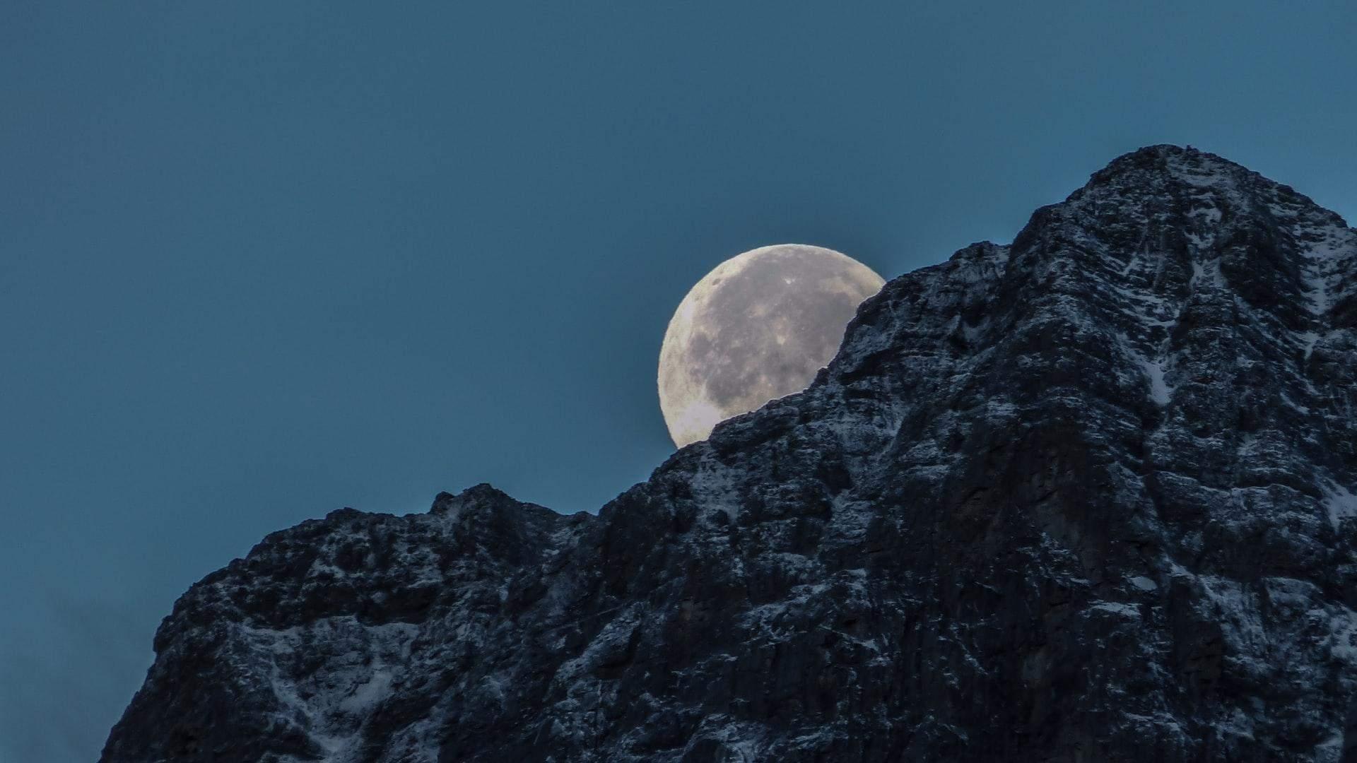 Яка відстань між Землею та Місяцем